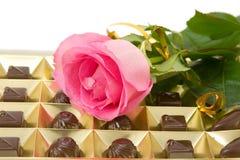 το ροζ σοκολάτας κιβωτίων αυξήθηκε Στοκ εικόνες με δικαίωμα ελεύθερης χρήσης