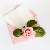 Το ροζ τυλίγει με την άσπρη κάρτα και αυξήθηκε Επίπεδος βάλτε Στοκ Εικόνες
