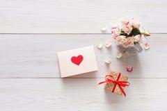 Το ροζ υποβάθρου βαλεντίνων αυξήθηκε πέταλα ανθοδεσμών λουλουδιών, κιβώτιο δώρων, χειροποίητη ευχετήρια κάρτα με τις καρδιές στο  Στοκ Εικόνες