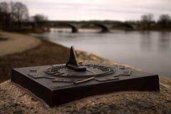 Το ρολόι ήλιων τοποθετείται στην πέτρα στοκ εικόνα με δικαίωμα ελεύθερης χρήσης