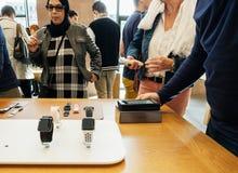το ρολόι αγοράζει το νέο iPhone 8 και το iPhone 8 συν στη Apple Store Στοκ Φωτογραφίες