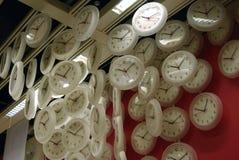 το ρολόι κρεμά τη στέγη Στοκ εικόνες με δικαίωμα ελεύθερης χρήσης