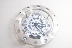 το ρολόι πέντε πηγαίνει κρεμώντας σπίτι που δείχνει το χρόνο ο στην εργασία τοίχων Στοκ εικόνες με δικαίωμα ελεύθερης χρήσης