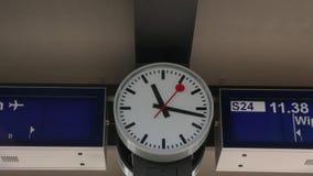 Το ρολόι στο σιδηροδρομικό σταθμό απόθεμα βίντεο