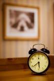 το ρολόι συναγερμών διαμόρφωσε παλαιό Στοκ Φωτογραφίες