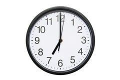 Το ρολόι τοίχων παρουσιάζει στο χρόνο 7 η ώρα απομονωμένο στο λευκό υπόβαθρο Στρογγυλό ρολόι τοίχων - μπροστινή άποψη Δεκαεννέα η στοκ φωτογραφία