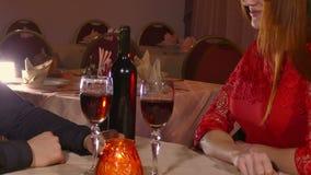 Το ρομαντικό βράδυ ανδρών και κοριτσιών φιλά στο κρασί γυναικών αγάπης κατανάλωσης εστιατορίων, ημέρα του βαλεντίνου τηλεοπτικό 4 φιλμ μικρού μήκους