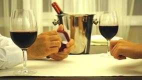 Το ρομαντικό βραδυνό ημερομηνίας βραδιού στο εστιατόριο, τύπος κάνει το δαχτυλίδι αρραβώνων την όμορφη γυναίκα του απόθεμα βίντεο