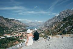 Το ρομαντικό ζεύγος εξετάζει την όμορφη άποψη του boka-Kotorsky στοκ εικόνα