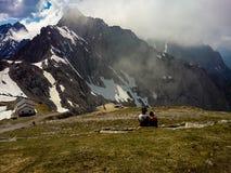 Το ρομαντικό ζεύγος κοιτάζει έξω στα βουνά Στοκ φωτογραφία με δικαίωμα ελεύθερης χρήσης