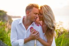 Το ρομαντικό ζεύγος στο ηλιοβασίλεμα απολαμβάνει το ένα το άλλο στοκ εικόνα με δικαίωμα ελεύθερης χρήσης