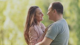 Το ρομαντικό ζεύγος στο πάρκο αγκαλιάζει το ένα το άλλο το καλοκαίρι Κοιτάξτε στα μάτια σας φιλί Συμπαθώ ευτυχής από κοινού φιλμ μικρού μήκους
