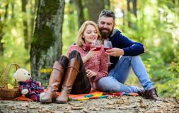 Το ρομαντικό πικ-νίκ με το κρασί στο δασικό ζεύγος ερωτευμένο γιορτάζει την ημερομηνία πικ-νίκ επετείου Κρασί κατανάλωσης αγκαλιά στοκ φωτογραφίες