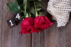 Το ρομαντικό υπόβαθρο με το κόκκινο αυξήθηκε στον ξύλινο πίνακα, τοπ άποψη Στοκ Φωτογραφία