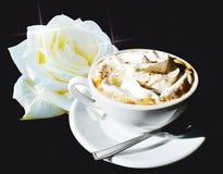 Το ρομαντικό φλιτζάνι του καφέ και αυξήθηκε Στοκ Εικόνα