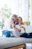 Το ρομαντικό χαμογελώντας ώριμο ζεύγος με αυξήθηκε Στοκ Εικόνα