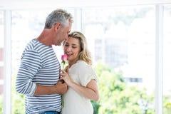 Το ρομαντικό ώριμο ζεύγος με αυξήθηκε Στοκ εικόνα με δικαίωμα ελεύθερης χρήσης
