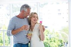 Το ρομαντικό ώριμο ζεύγος με τα γυαλιά κρασιού και αυξήθηκε Στοκ Εικόνα