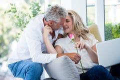 Το ρομαντικό ώριμο δόσιμο ανδρών ανήλθε στη γυναίκα Στοκ Εικόνες