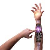 Το ρομποτικό κουμπί συμπίεσης χεριών στη φουτουριστική έννοια Στοκ εικόνες με δικαίωμα ελεύθερης χρήσης