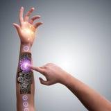 Το ρομποτικό κουμπί συμπίεσης χεριών στη φουτουριστική έννοια Στοκ Φωτογραφία