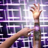 Το ρομποτικό κουμπί συμπίεσης χεριών στη φουτουριστική έννοια Στοκ φωτογραφία με δικαίωμα ελεύθερης χρήσης