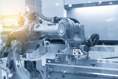 Το ρομπότ για το μέταλλο που διαμορφώνει τη διαδικασία στην ανοικτό μπλε σκηνή Στοκ εικόνα με δικαίωμα ελεύθερης χρήσης
