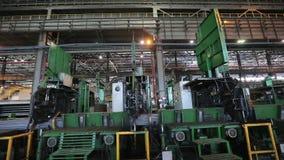 Το ρομπότ εμπλέκει τους φραγμούς χάλυβα στο μεταλλουργικό εργοστάσιο m/s απόθεμα βίντεο