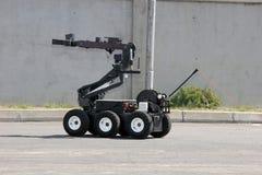 Το ρομπότ εξουδετέρωσης βόμβας αφοπλίζει μια βόμβα μέσα σε ένα αυτοκίνητο των τρομοκρατών στην πόλη της Sofia, Βουλγαρία το Σεπτέ στοκ φωτογραφίες