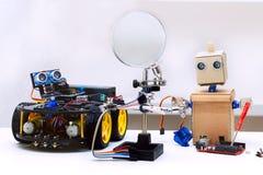 Το ρομπότ με τα όπλα και το ρομπότ με τις ρόδες είναι στον πίνακα Στοκ Φωτογραφία