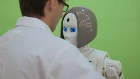 Το ρομπότ με τη διαλογική επίδειξη επικοινωνεί με τους επισκέπτες σε ένα επιχειρησιακό κέντρο απόθεμα βίντεο