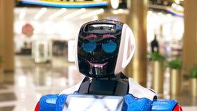 Το ρομπότ παρουσιάζει συγκινήσεις Περιστρέφεται τα μάτια, κεφάλι στροφών στην πλευρά, χαίρεται, θαυμάζει, συνέχυσε, στροφές μακρι απόθεμα βίντεο