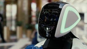 Το ρομπότ παρουσιάζει συγκινήσεις Περιστρέφεται τα μάτια, κεφάλι στροφών στην πλευρά, χαίρεται, θαυμάζει, συνέχυσε, στροφές μακρι φιλμ μικρού μήκους