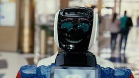 Το ρομπότ παρουσιάζει συγκινήσεις Σύγχρονες ρομποτικές τεχνολογίες απόθεμα βίντεο