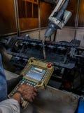 Το ρομπότ προγράμματος διδασκαλίας εργαζομένων Στοκ Εικόνες