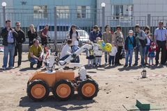 Το ρομπότ φέρνει ένα γαρίφαλο στο χέρι Στοκ φωτογραφίες με δικαίωμα ελεύθερης χρήσης