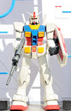 Το ρομπότ Gundam διαμόρφωσε περίπου το μήκος 1 μέτρου Σε μια άσπρη ανασκόπηση Στοκ Φωτογραφίες
