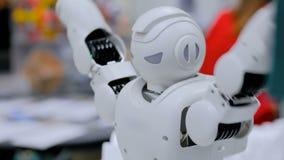 Το ρομπότ Humanoid που χορεύει σε ρομποτικό παρουσιάζει φιλμ μικρού μήκους