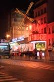 Το ρουζ Moulin τή νύχτα Στοκ φωτογραφία με δικαίωμα ελεύθερης χρήσης