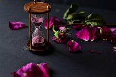Το ρολόι άμμου και αυξήθηκε πέταλα Στοκ Εικόνα