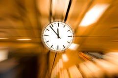 Το ρολόι θόλωσε, εννοιολογική εικόνα του χρόνου που τρέχει ή που περνά μακριά το ζουμ επίδρασης έξω Στοκ φωτογραφίες με δικαίωμα ελεύθερης χρήσης
