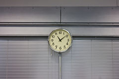 το ρολόι πέντε πηγαίνει κρεμώντας σπίτι που δείχνει το χρόνο ο στην εργασία τοίχων Στοκ φωτογραφίες με δικαίωμα ελεύθερης χρήσης