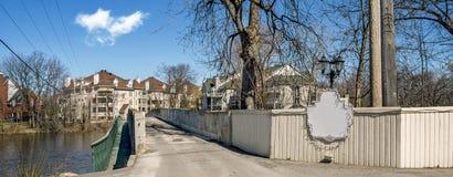 το ρολόι πόλεων κτηρίων γεφυρών ανασκόπησης συνδέει το πρώτο πλάνο Φρανκφούρτη Γερμανία συμπεριλαμβανομένων των αντιπαραβαλλόμενω Στοκ Φωτογραφίες