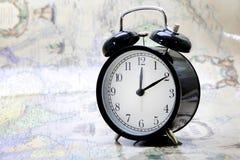 Το ρολόι στο υπόβαθρο χαρτών στο αναδρομικό ύφος Στοκ εικόνα με δικαίωμα ελεύθερης χρήσης