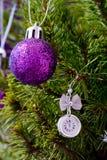 Το ρολόι στο χριστουγεννιάτικο δέντρο με τις σφαίρες παρουσιάζει πέντε λεπτά στα μεσάνυχτα Στοκ Φωτογραφίες
