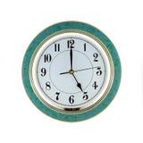 Το ρολόι τοίχων γραφείων παρουσιάζει πέντε απομονωμένη ώρες κινηματογράφηση σε πρώτο πλάνο Στοκ φωτογραφία με δικαίωμα ελεύθερης χρήσης
