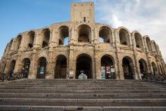 Το ρωμαϊκό αμφιθέατρο στην παλαιά πόλη Arles στην Προβηγκία στο νότο της Γαλλίας Στοκ Εικόνες