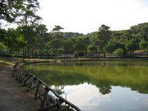 Το ρωμαϊκό πάρκο πόλεων με μια μικρή λίμνη στο κέντρο στο πράσινο Ιταλία Ρώμη στοκ εικόνες