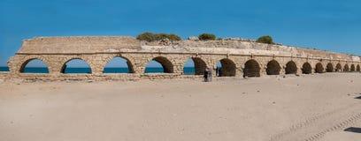 Το ρωμαϊκό υδραγωγείο της Καισάρειας κοντά σε Hadera, Ισραήλ στοκ εικόνα με δικαίωμα ελεύθερης χρήσης