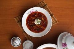 Το ρωσικό εθνικό πιάτο είναι κόκκινο borsch Στοκ Φωτογραφίες